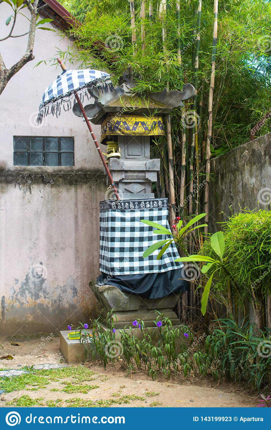 Traditionelle Tempel-Verzerrung mit Schwarzweiss-Kontrolleur-Muster-Gewebe und unter Regenschirm-und Bambusbaum