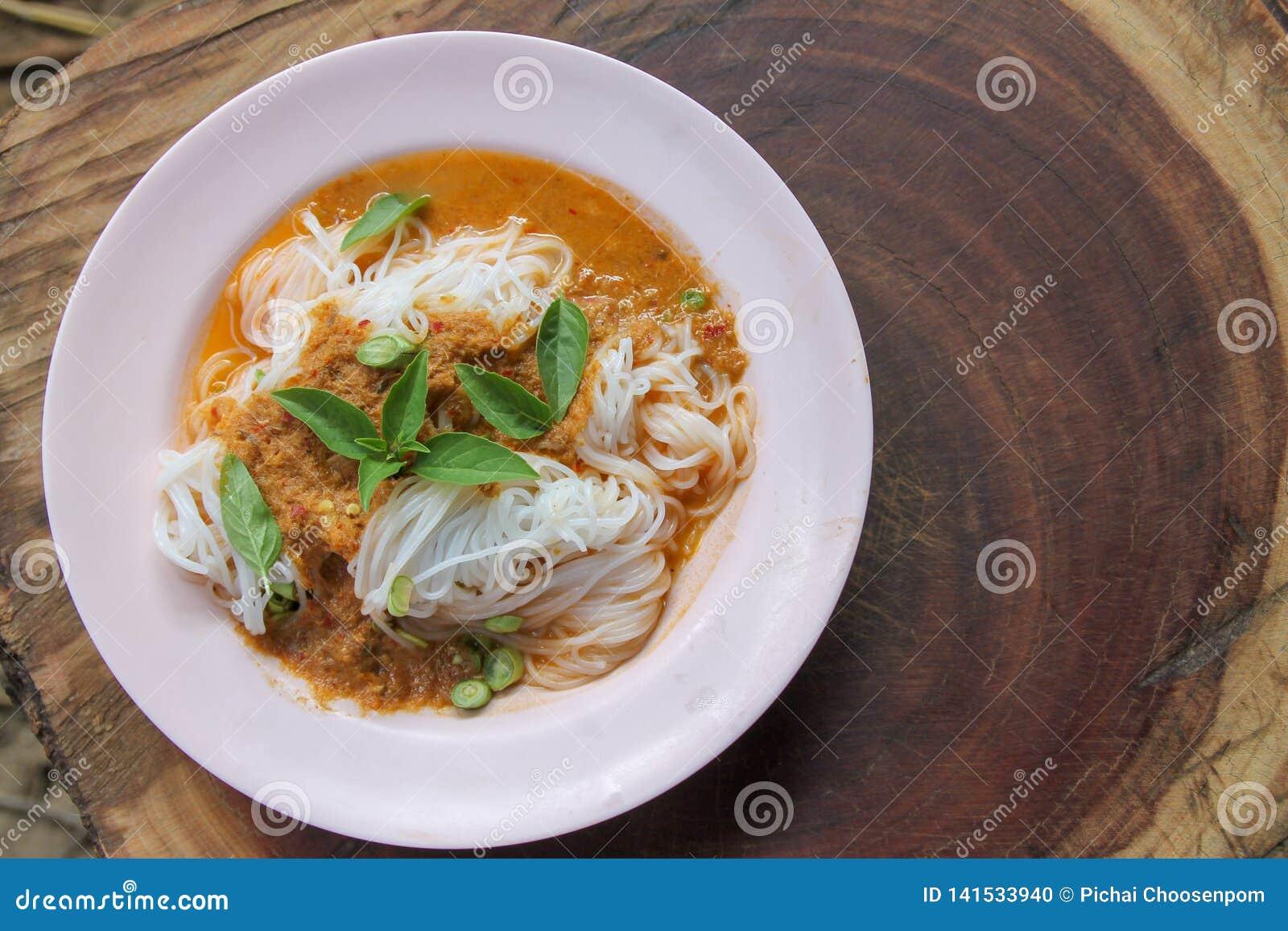 Traditionelle thailändische Küche, Reissuppennudeln gegessen mit grünem Curry