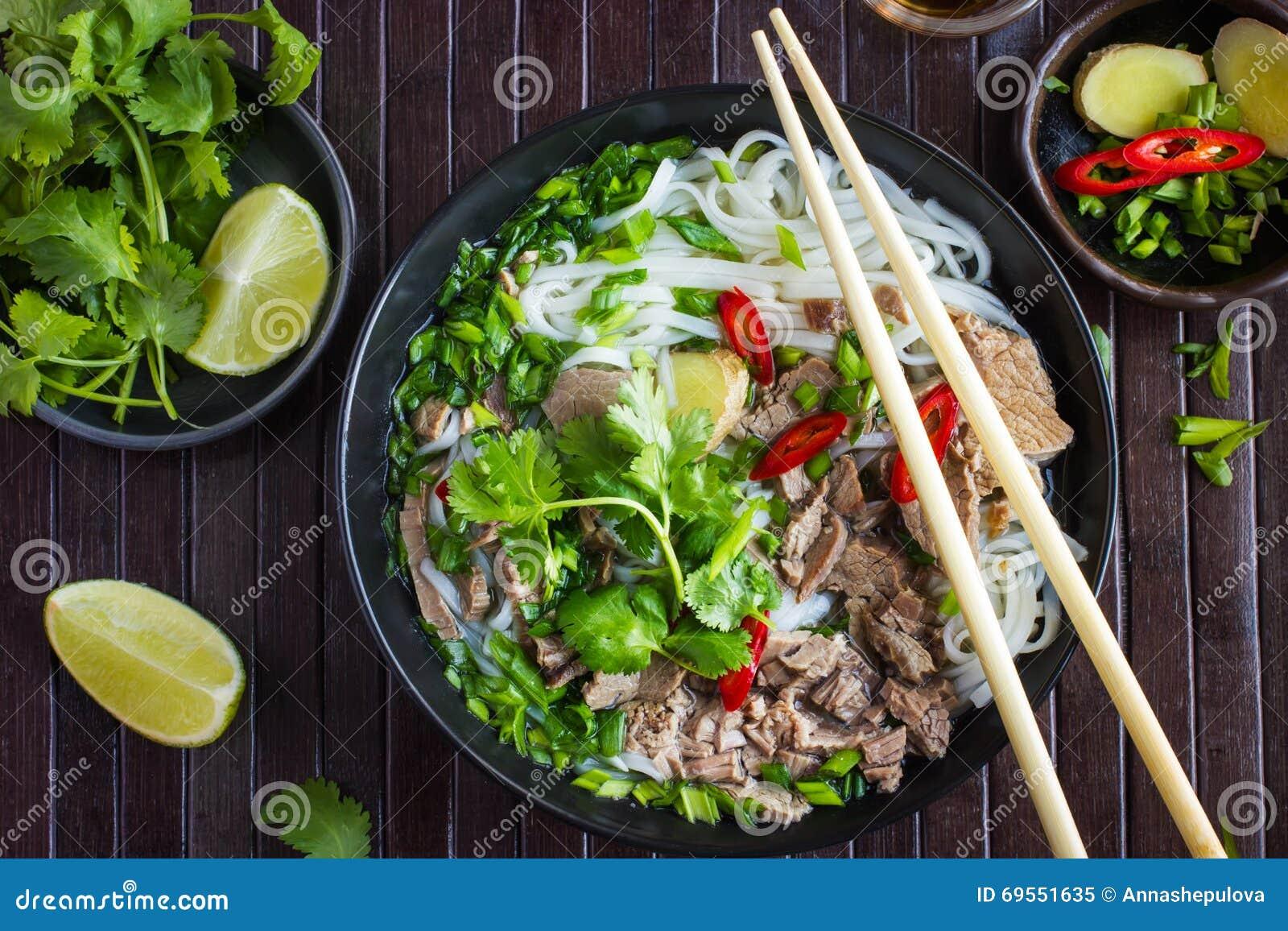 traditionelle vietnamesische suppe pho mit rindfleisch und reisnudel stockfoto bild 69551635. Black Bedroom Furniture Sets. Home Design Ideas