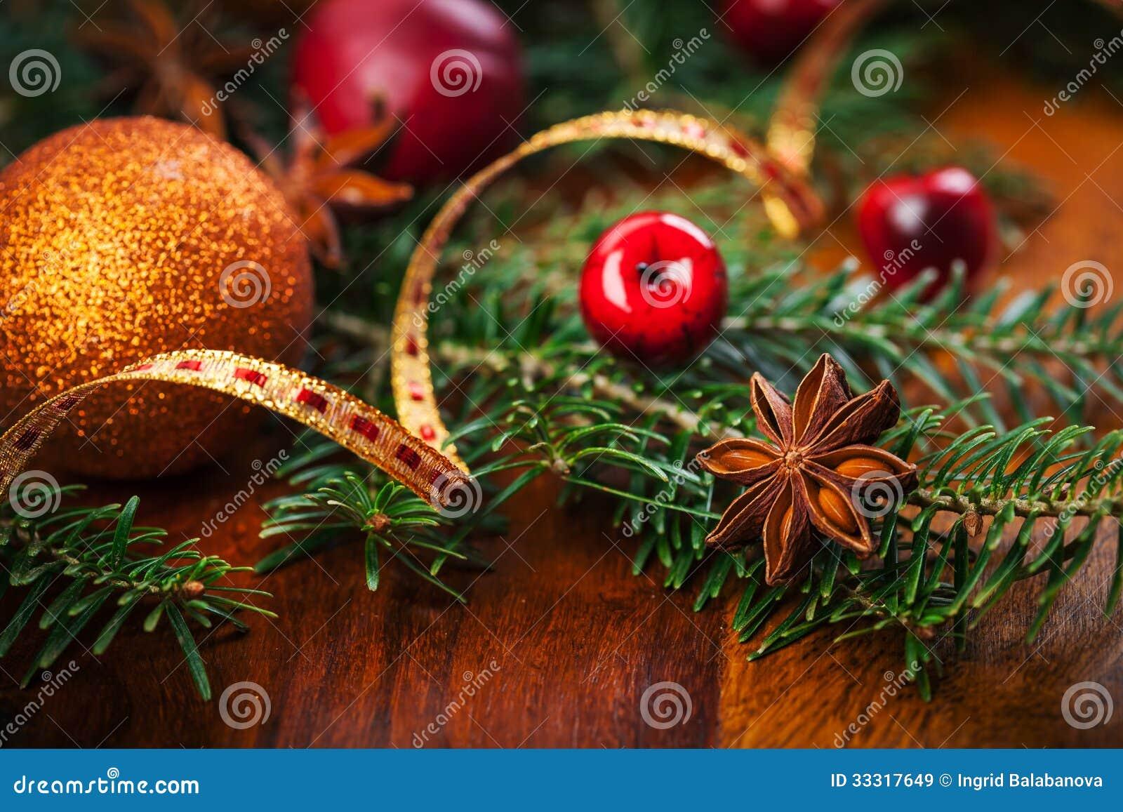traditionelle weihnachtsdekoration auf holztisch stockbild. Black Bedroom Furniture Sets. Home Design Ideas