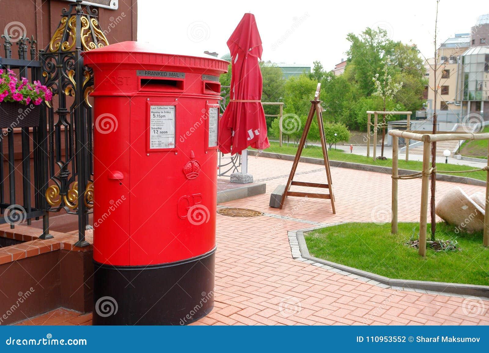 Traditioneller britischer roter Briefkasten auf Straße
