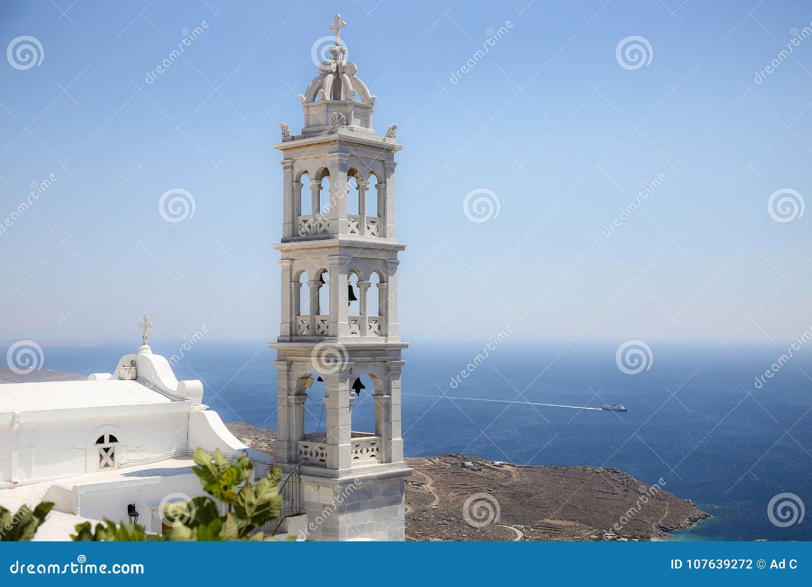Traditioneller griechischer Kirchenglocketurm und das Ägäische Meer in Tinos, Griechenland