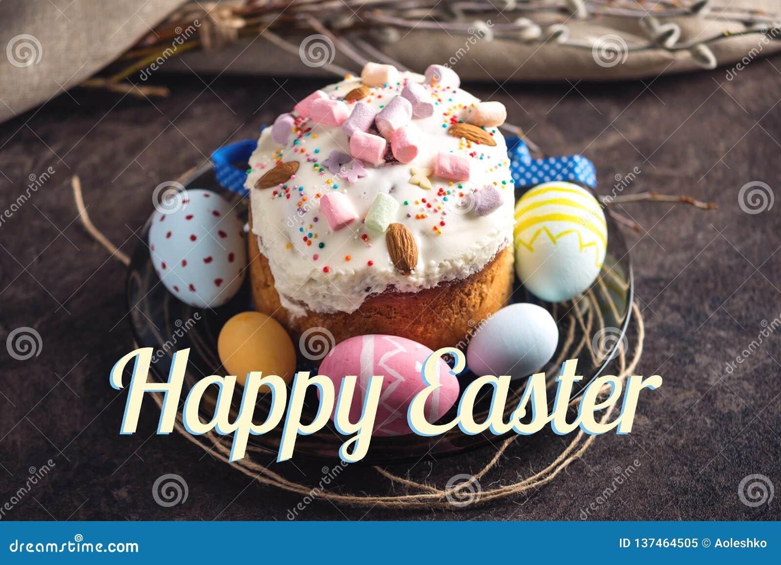 Traditioneller Ostern-Kuchen und bunte Eier und Text in der rustikalen Art auf einem dunklen Hintergrund Mit zusätzlichem vektorf