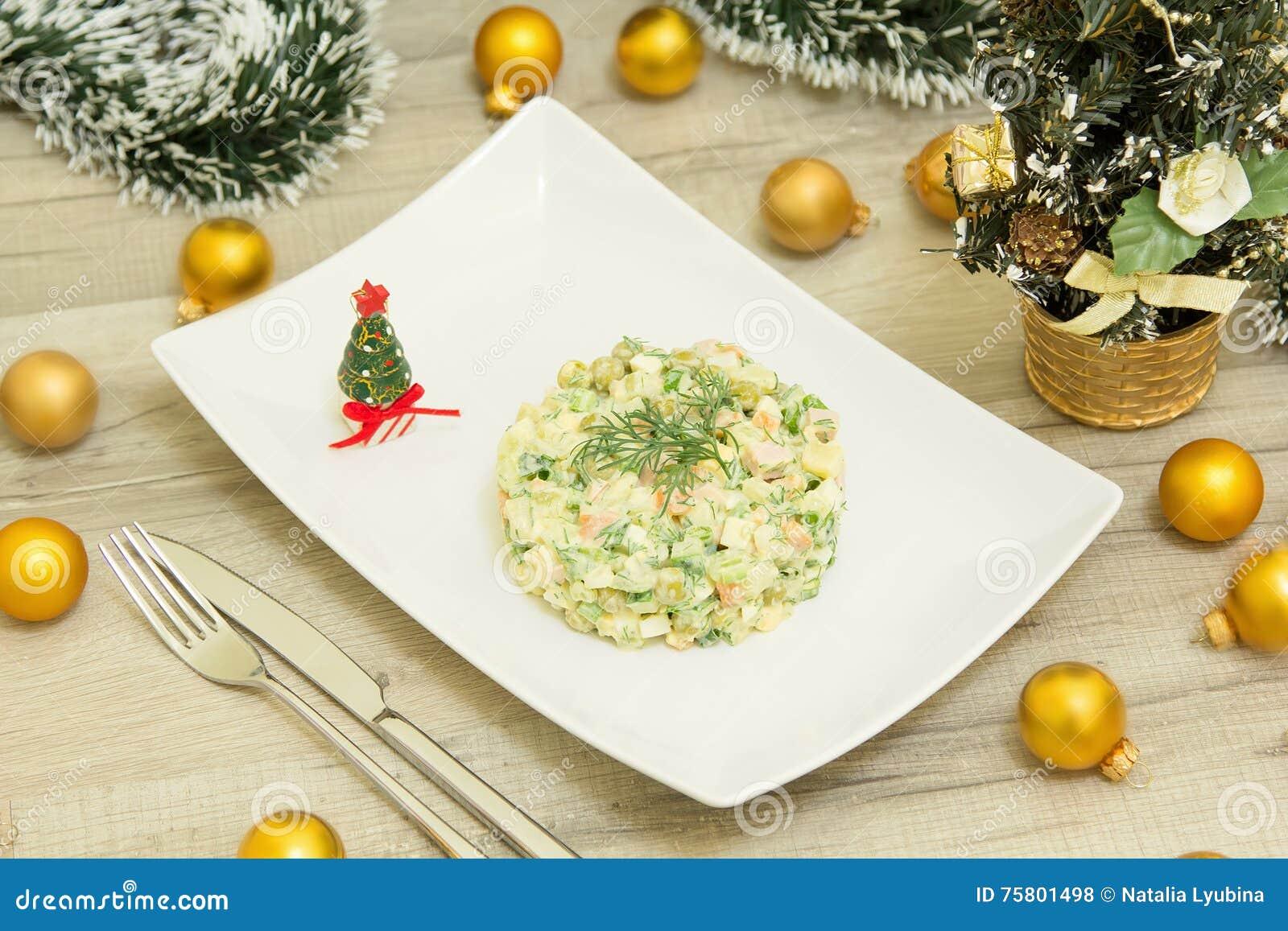 Traditioneller Russischer Weihnachtssalat Olivier Mit Wurst Und ...