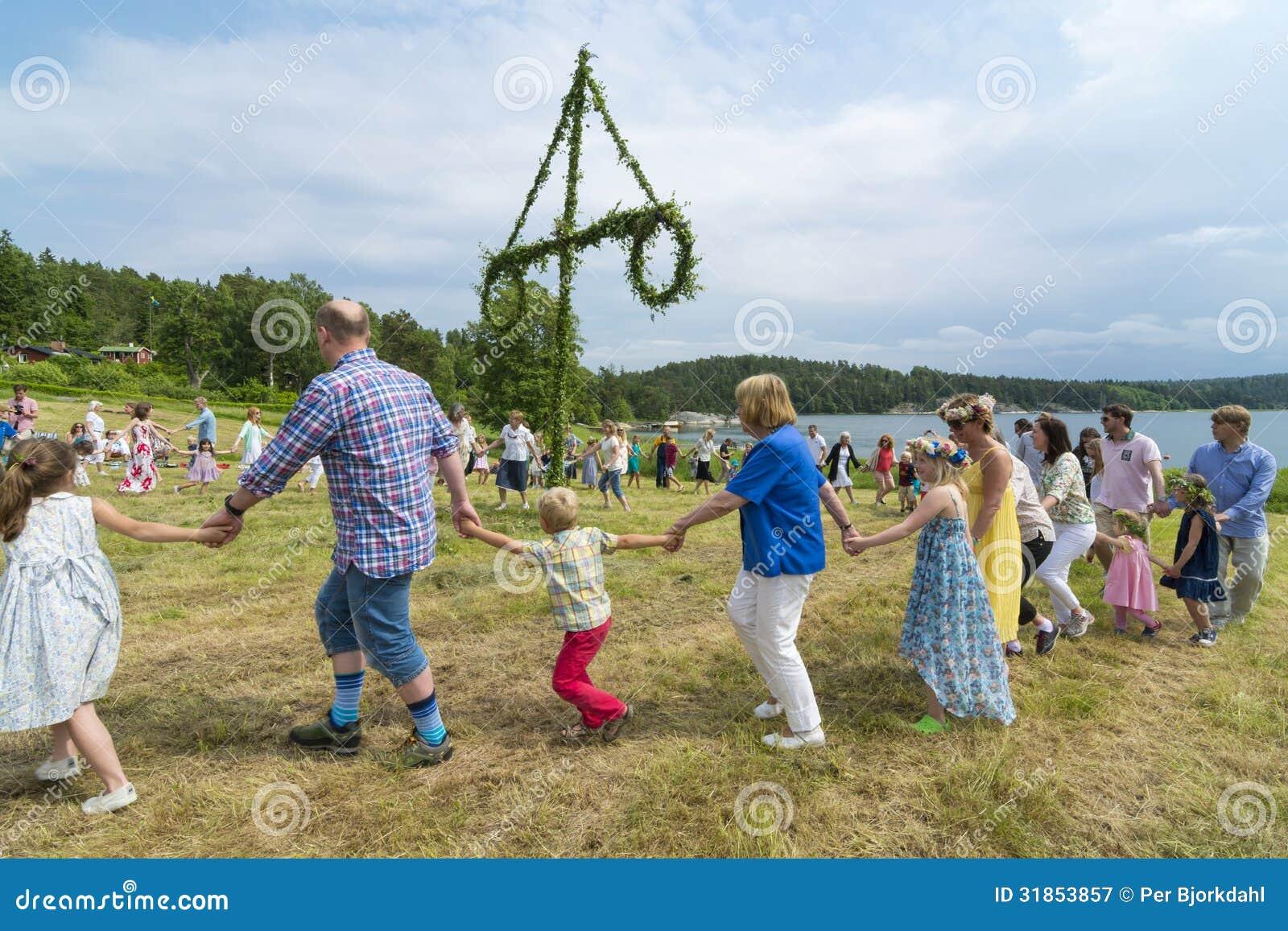 Traditioneller schwedischer Hochsommertanz