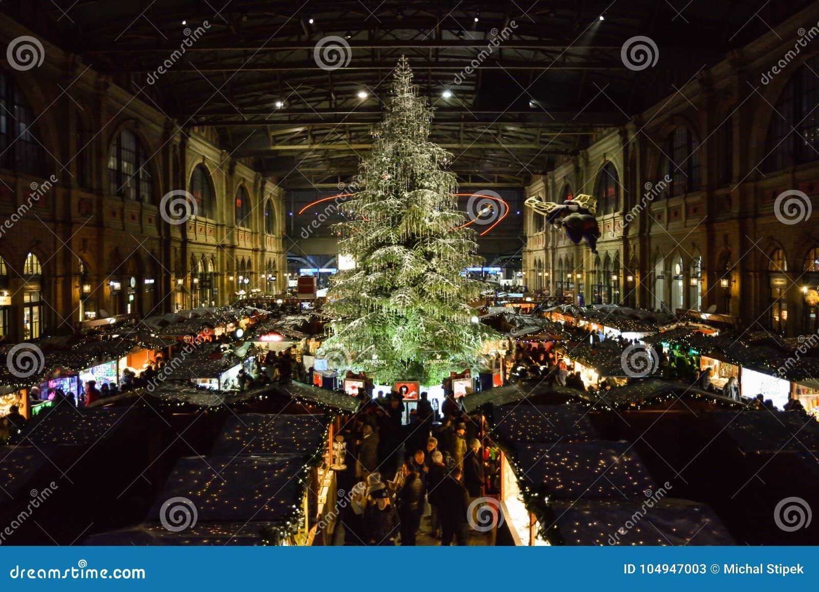 Weihnachtsmarkt Zürich.Traditioneller Weihnachtsbaum Auf Weihnachtsmarkt Auf Zürich Haupttr