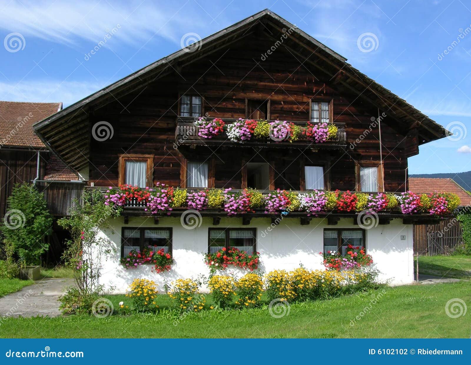 traditionelles bauernhaus im bayern stockfotografie bild 6102102. Black Bedroom Furniture Sets. Home Design Ideas