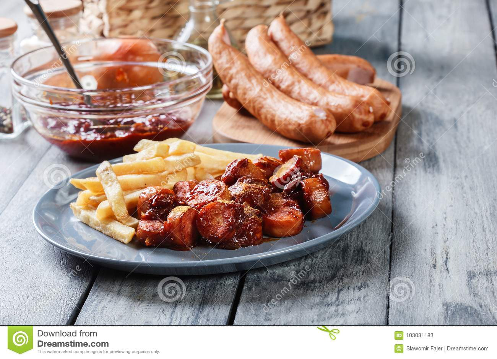 Traditionelles deutsches currywurst - Stücke der Wurst mit Currysoße
