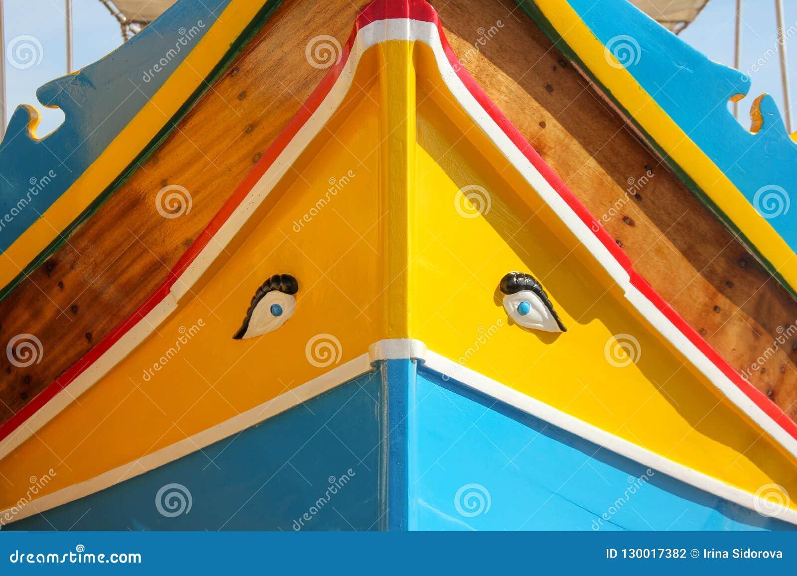 Traditionelles gemustertes Boote luzzu im Fischerdorf Marsaxlokk, Malta