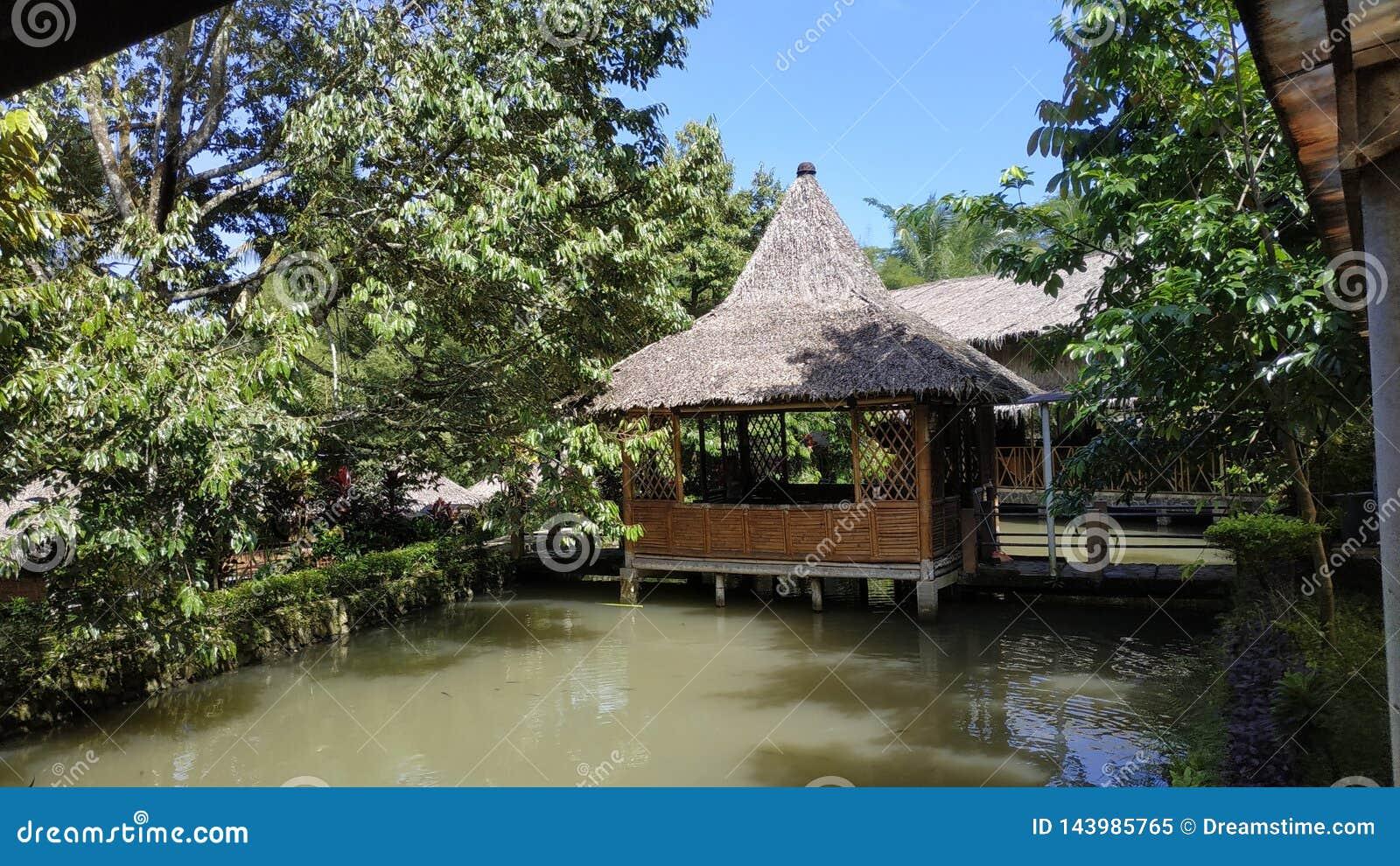 Traditionelles Haus, Java Indonesia Restaurant traditionell Fischteich