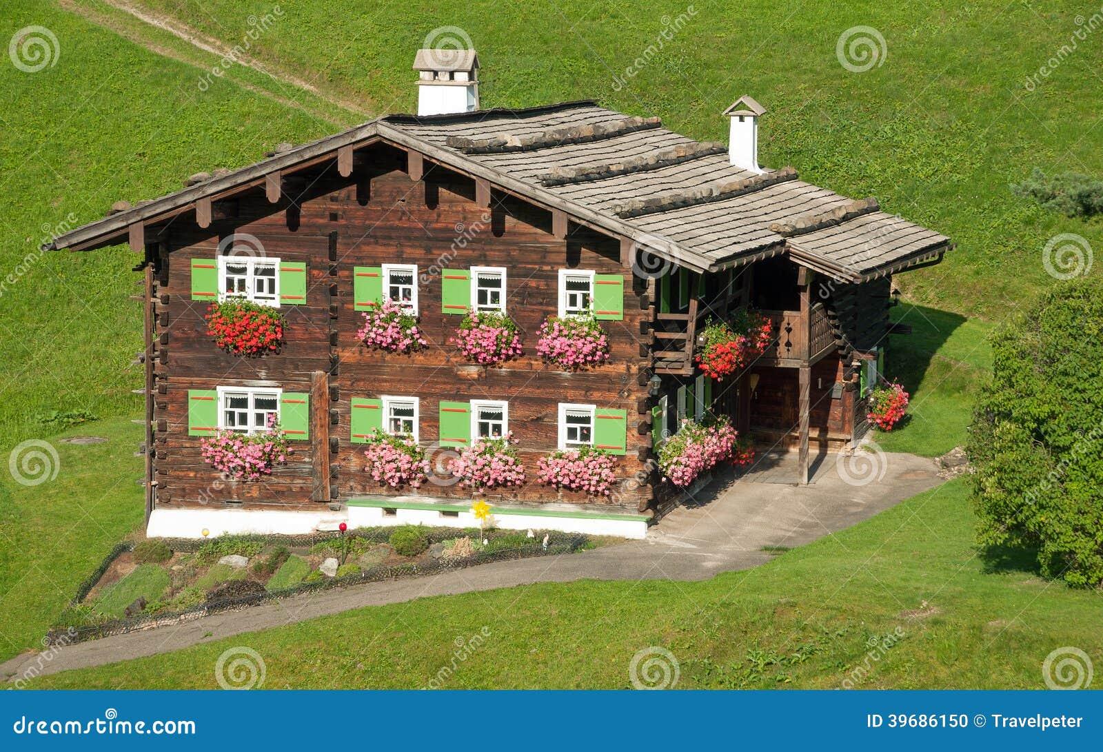 Traditionelles holzhaus kleinwalsertal österreich stockfoto bild