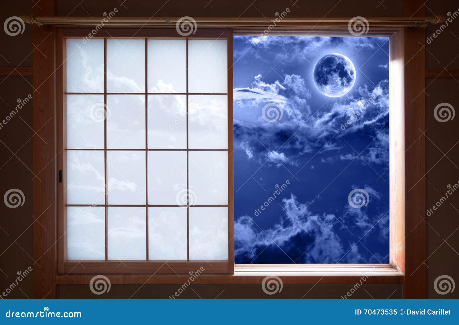 Traditionelles japanisches gleitendes Fenster und romantischer nächtlicher Himmel