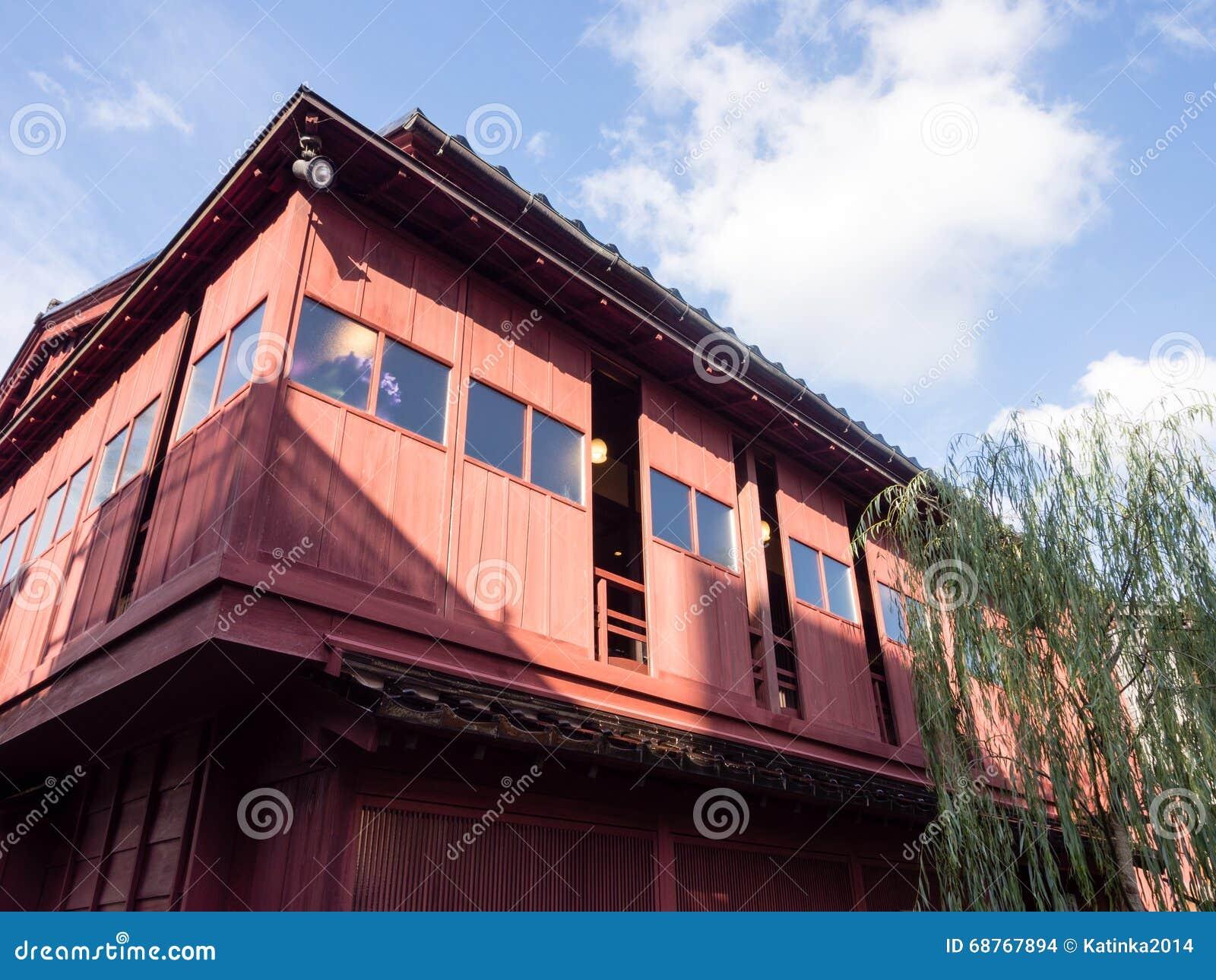 Traditionelles japanisches holzhaus stockfoto bild 68767894 for Japanisches dach