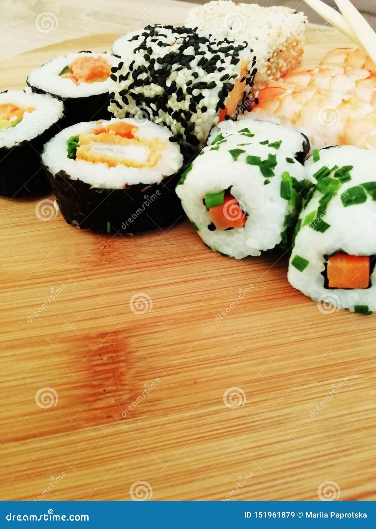 Traditionelles japanisches Lebensmittel machen mit rohen Fischen Maki und Rollen mit Thunfisch, Lachsen, Garnele, Krabbe und Avoc