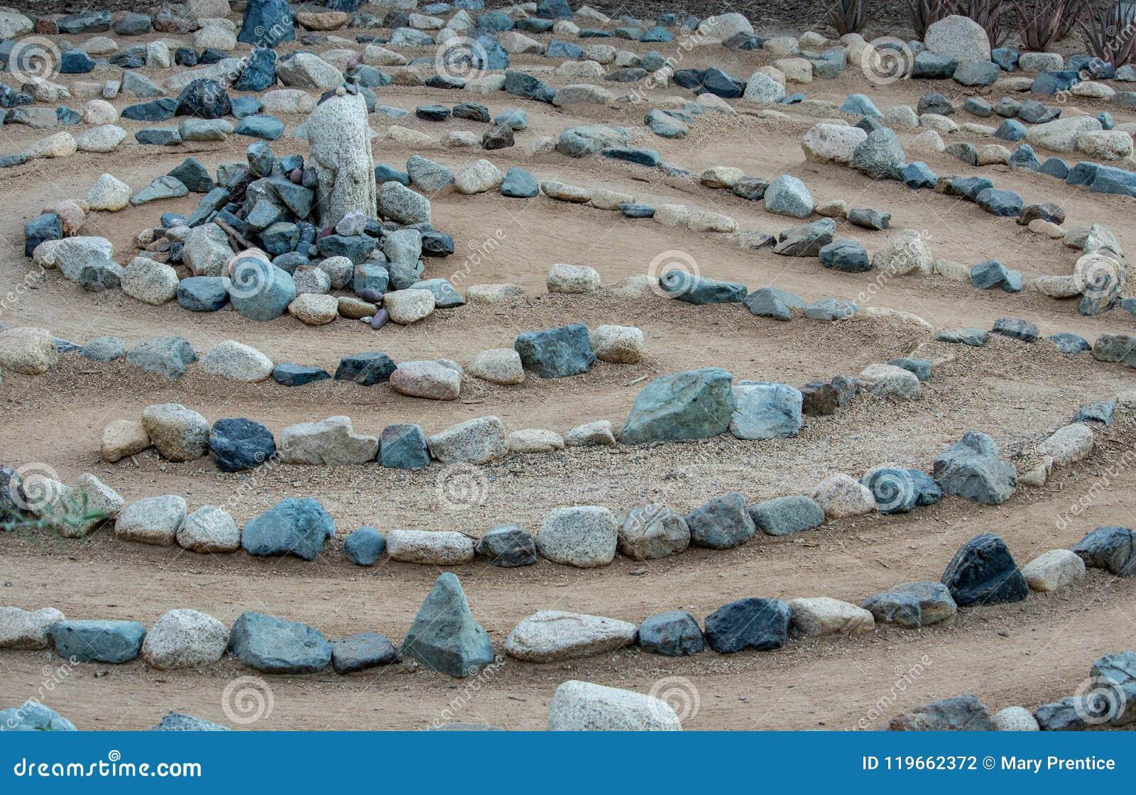 Traditionelles Natursteinlabyrinthlabyrinth hergestellt für Betrachtung und Anbetung, geschaffen mit Felsen in den Schatten des B