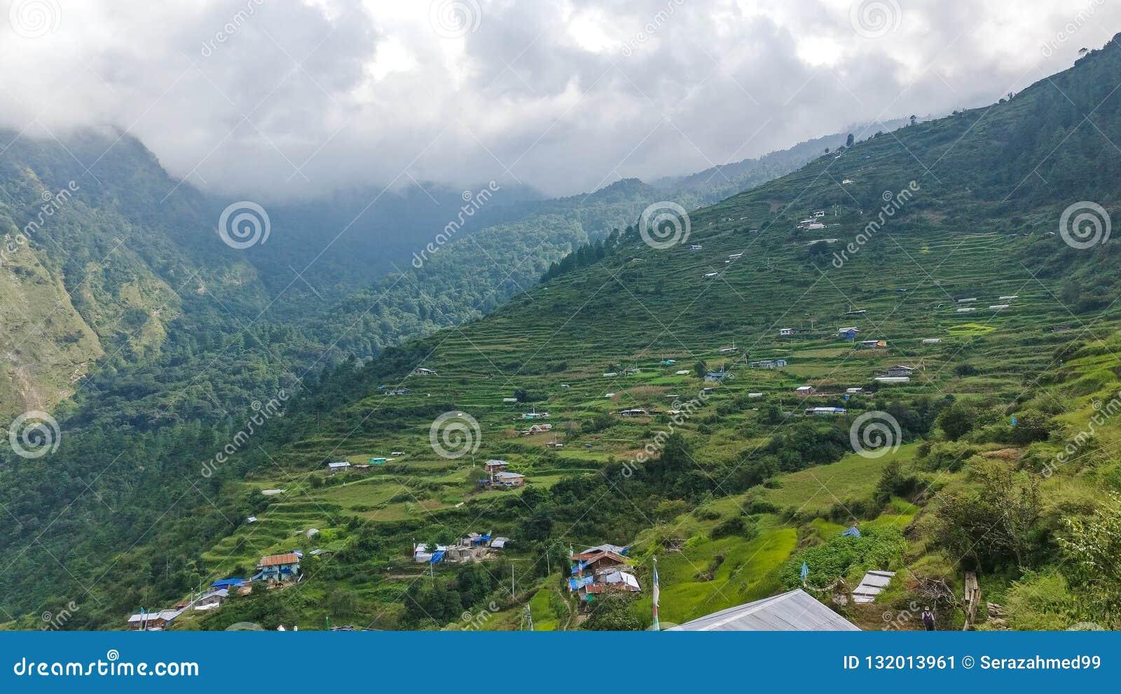 Traditionelles nepalesisches Dorf in den Bergen