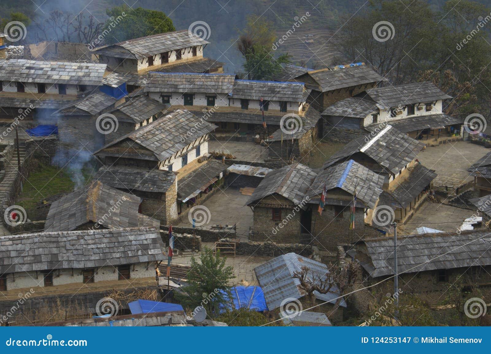 Traditionelles nepalesisches Dorf Trekking zu niedrigem Lager Annapurna