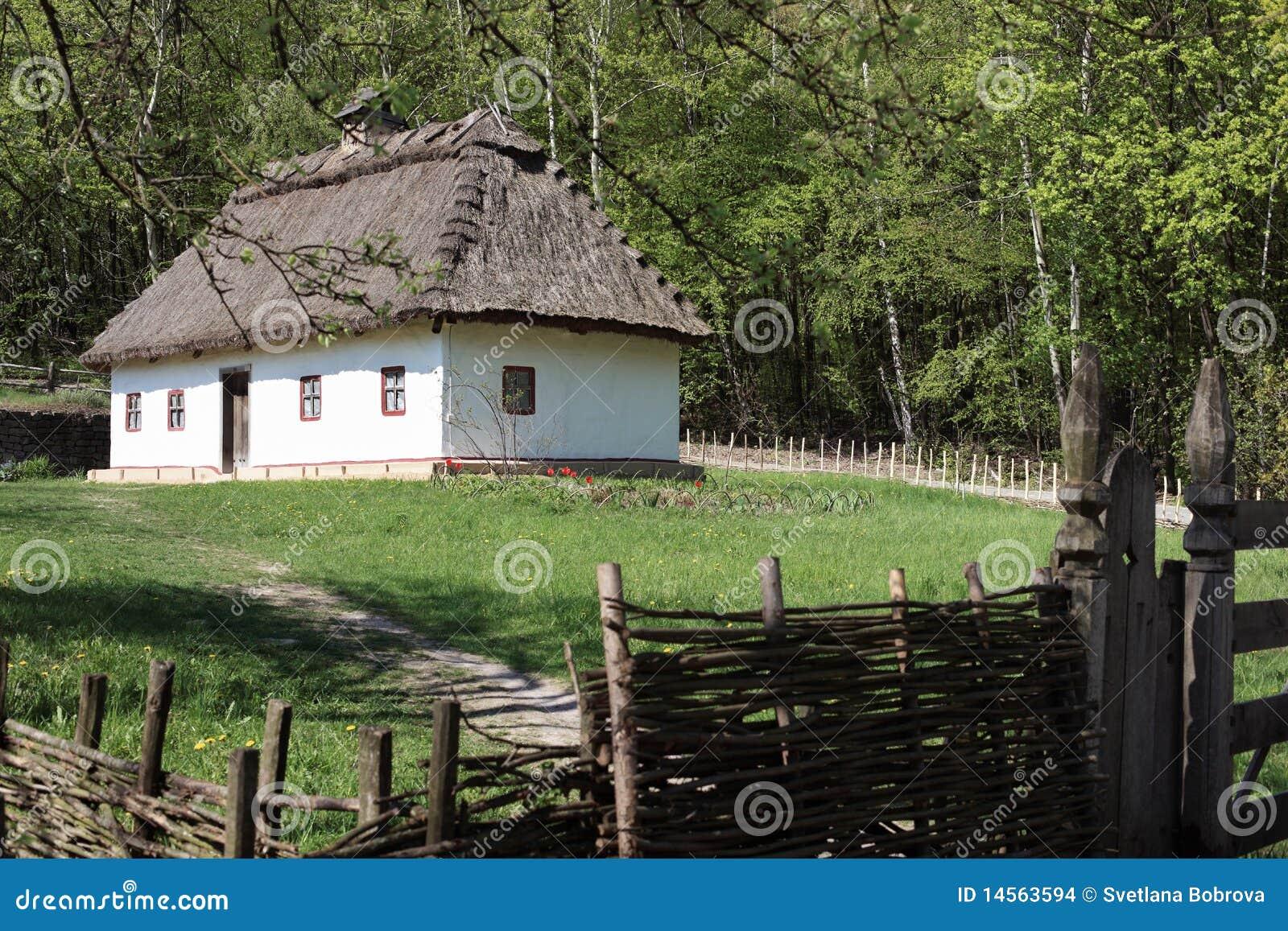 Traditionelles ukraine haus stockfoto bild von blumen for Traditionelles haus