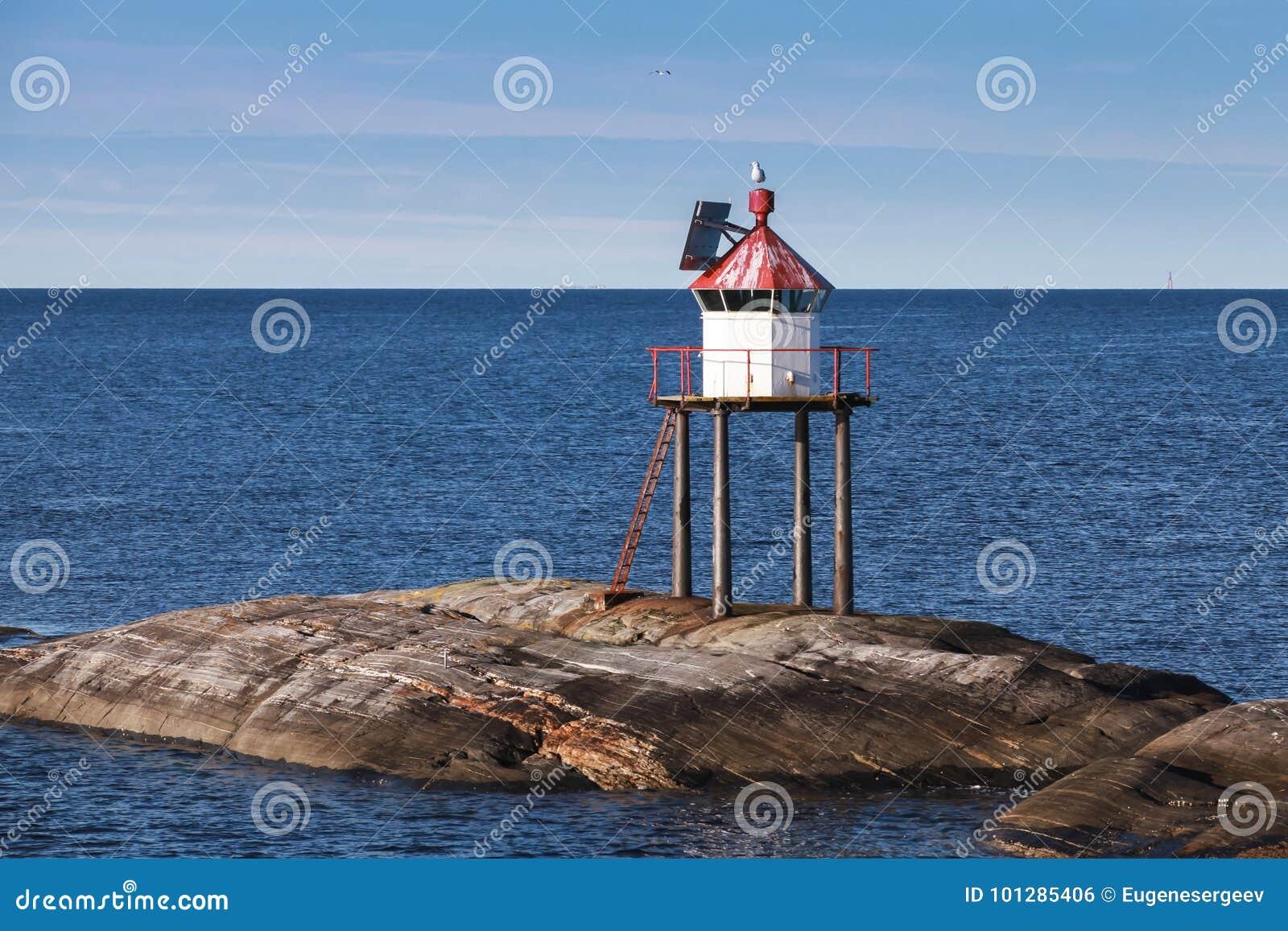 Traditionellt norskt fyrtorn, rött ljus