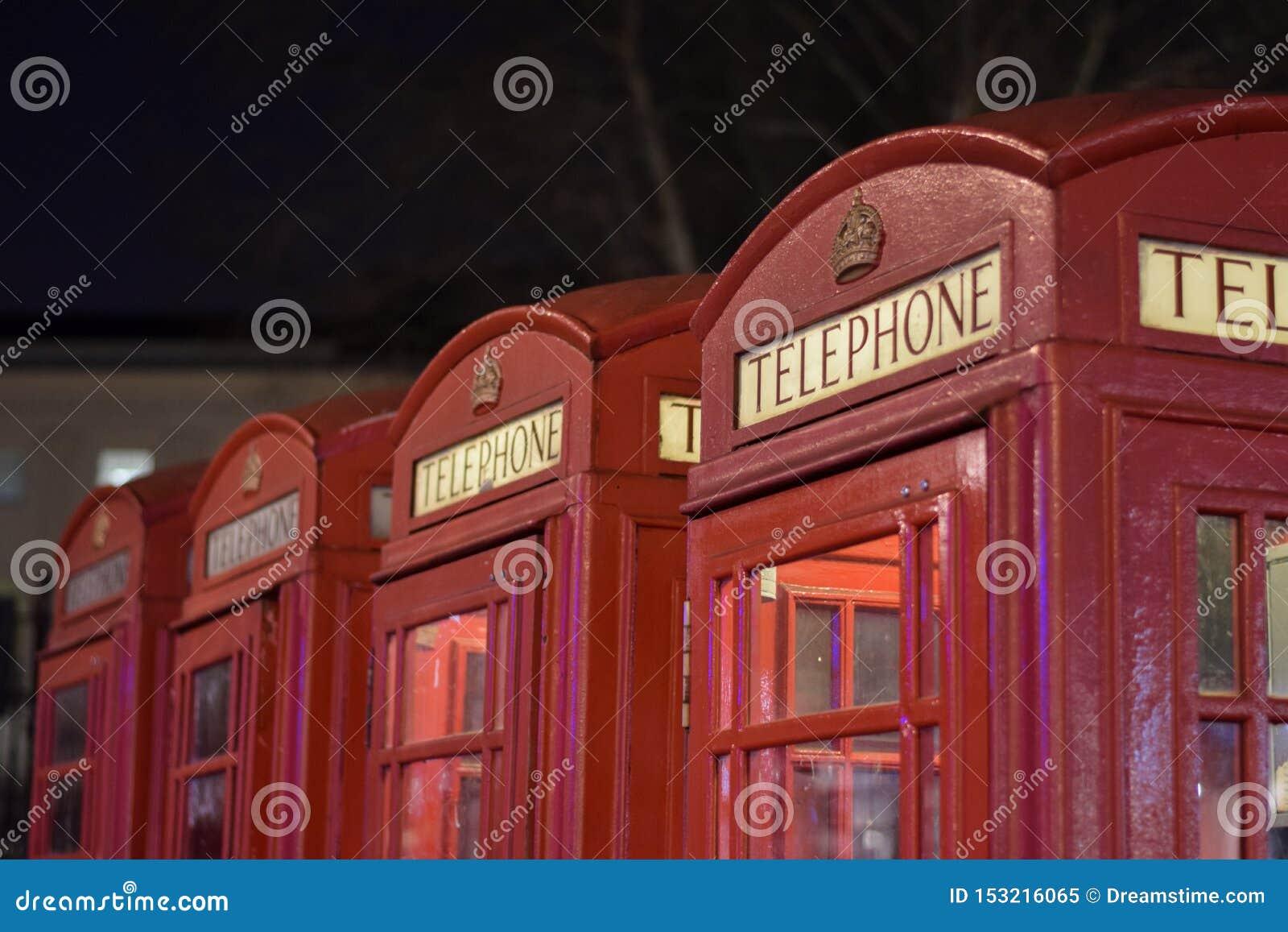 Traditionellt rött brittiskt telefonbås i London