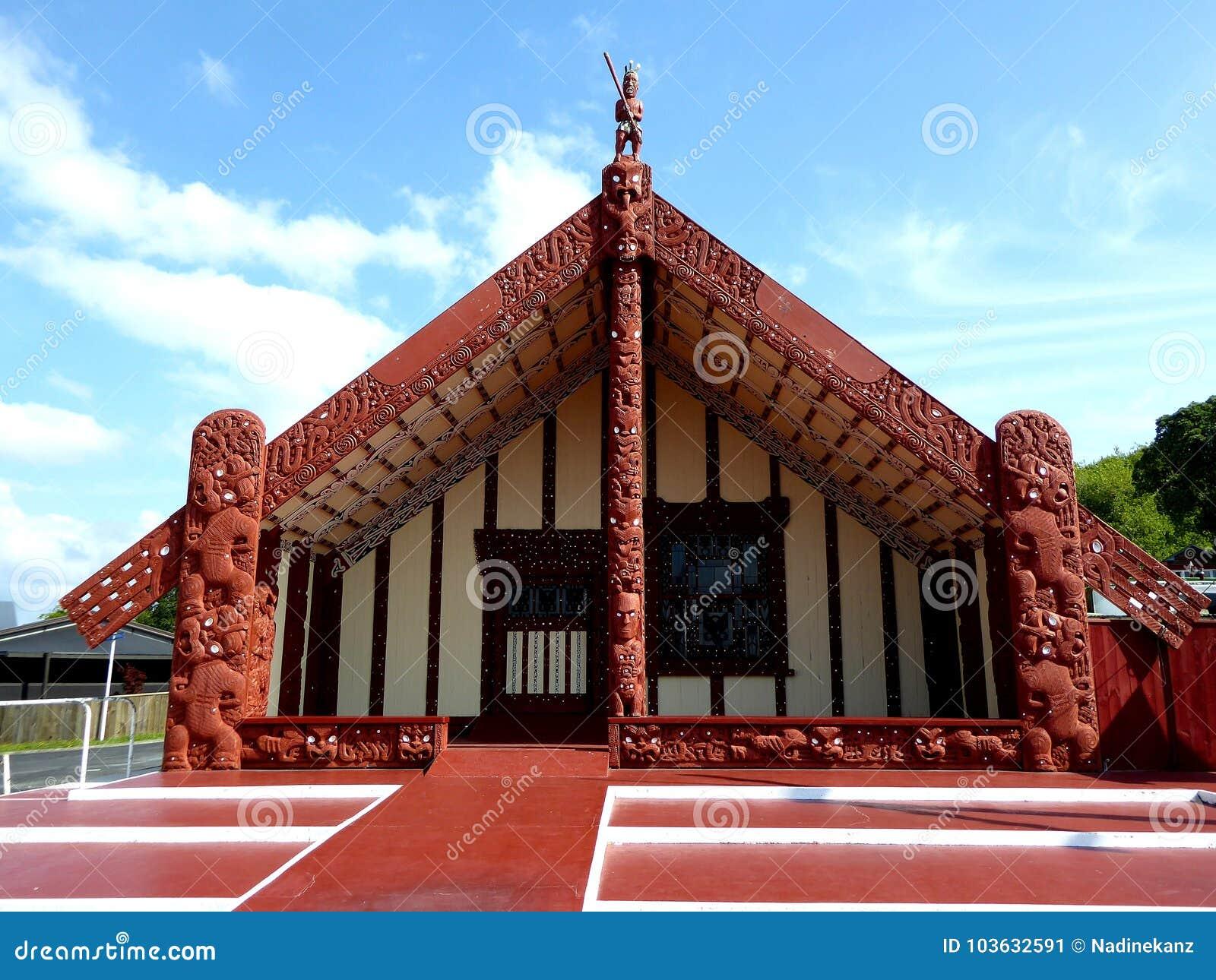 Traditionellt trä för maorimathus som snidas med garnering Nya Zeeland