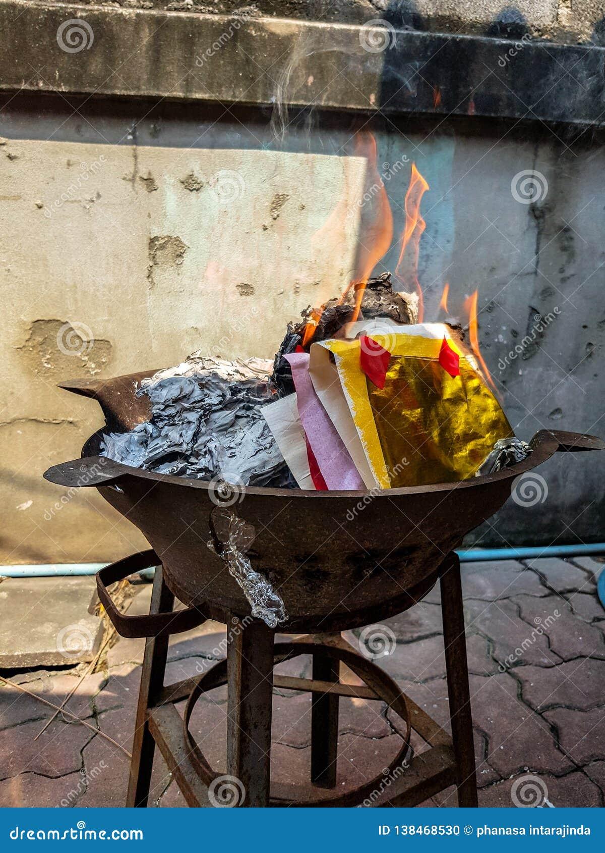 Traditionnel chinois pour brûler les spiritueux d ancêtre de papier d argent d argent et d or disparus