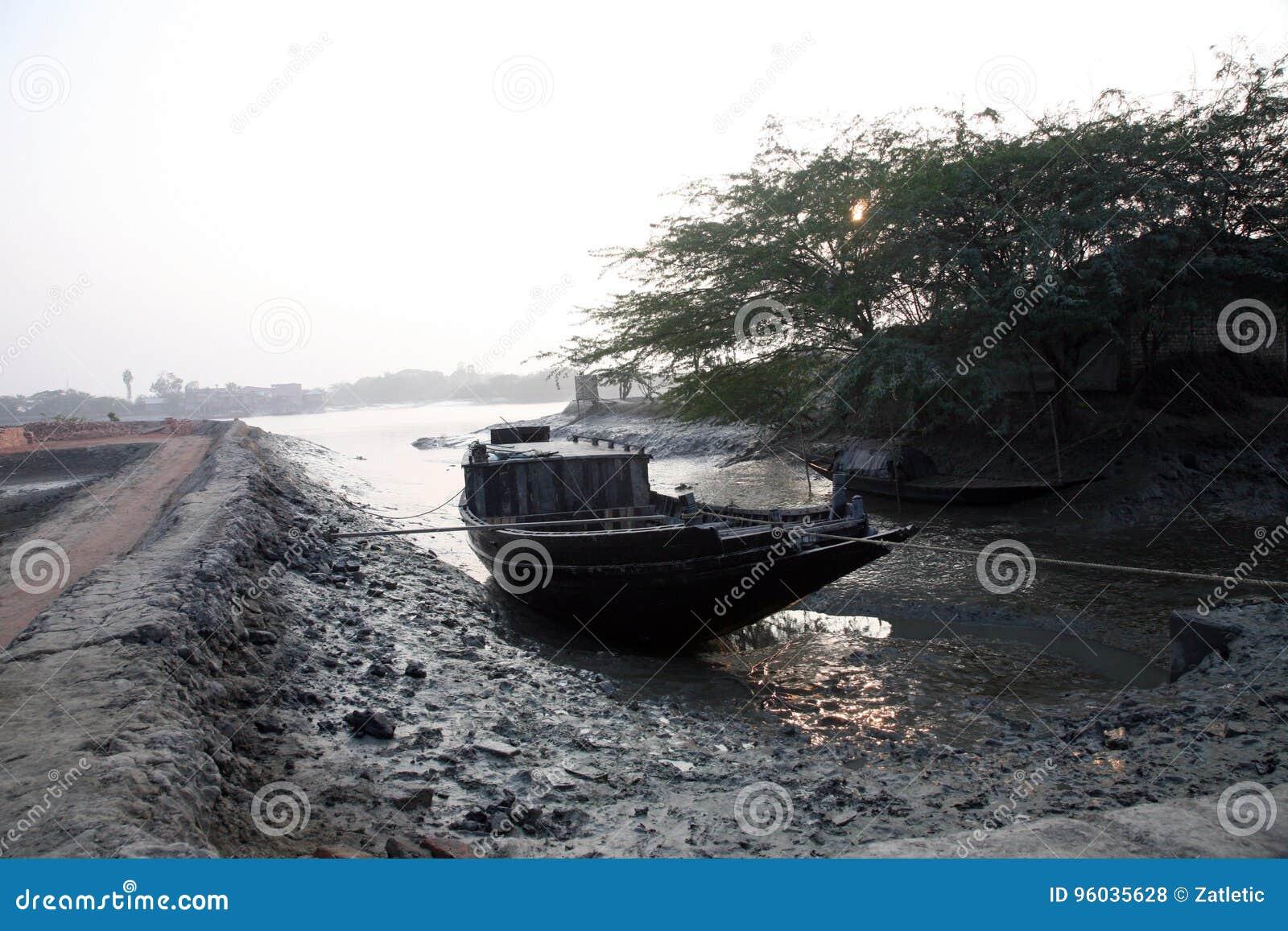 Tradycyjna łódź rybacka w delcie Ganges rzeka w Sundarbans dżungli, India