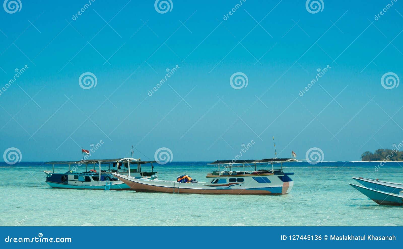 Tradycyjna łódź zakotwiczał w seashore płycizny plaży morzu w karimun jawy wyspie