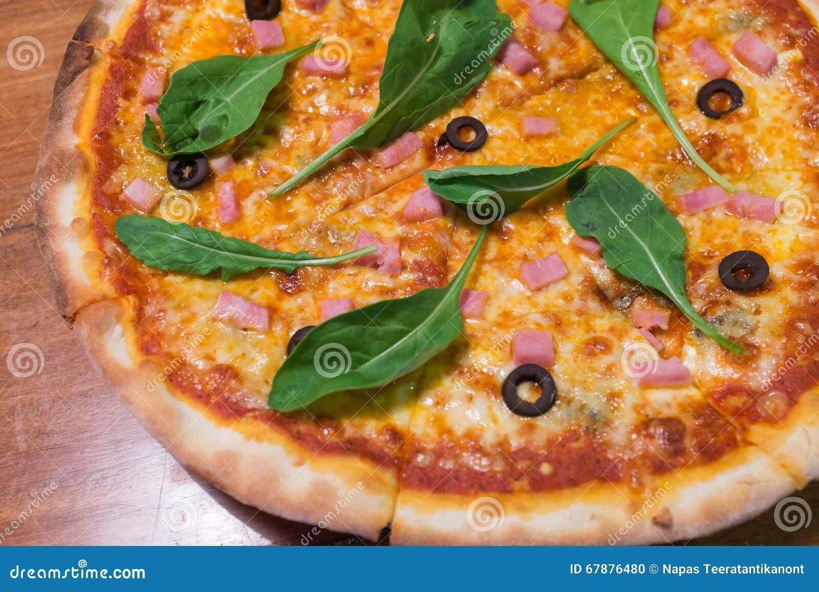 Tradycyjna drewniana oparzenie włoszczyzny pizza