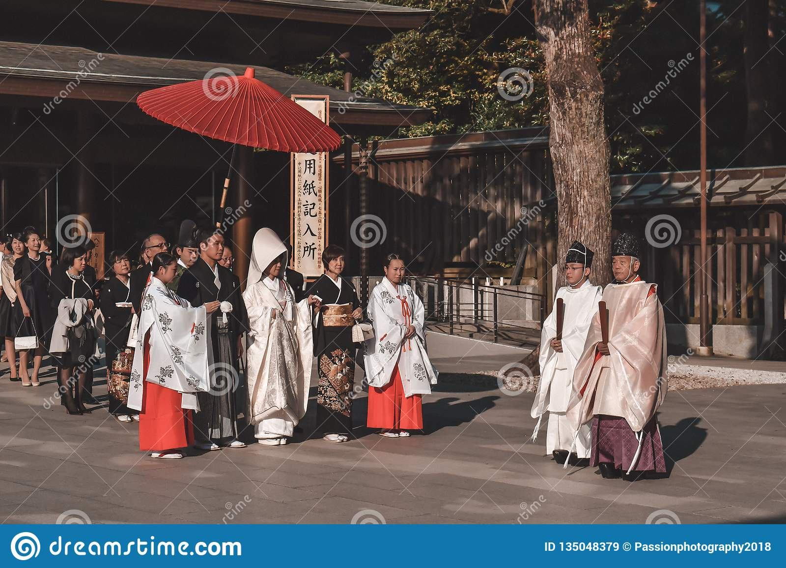 Tradycyjna Japońska ślubna ceremonia w kimonach