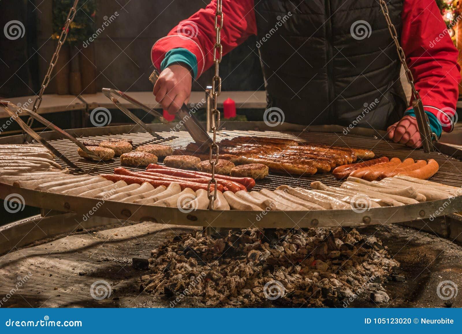 Tradycyjna niemiec piec na grillu kiełbasy przy bożymi narodzeniami wprowadzać na rynek, Niemcy