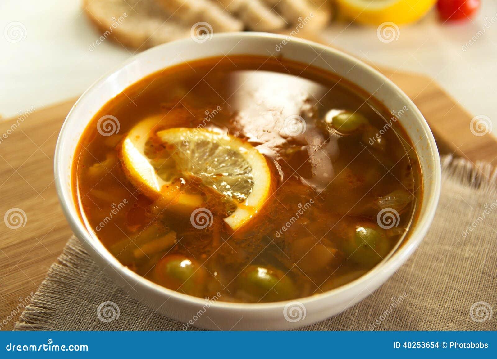 Tradycyjna rosyjska soljanka lub saltwort polewka