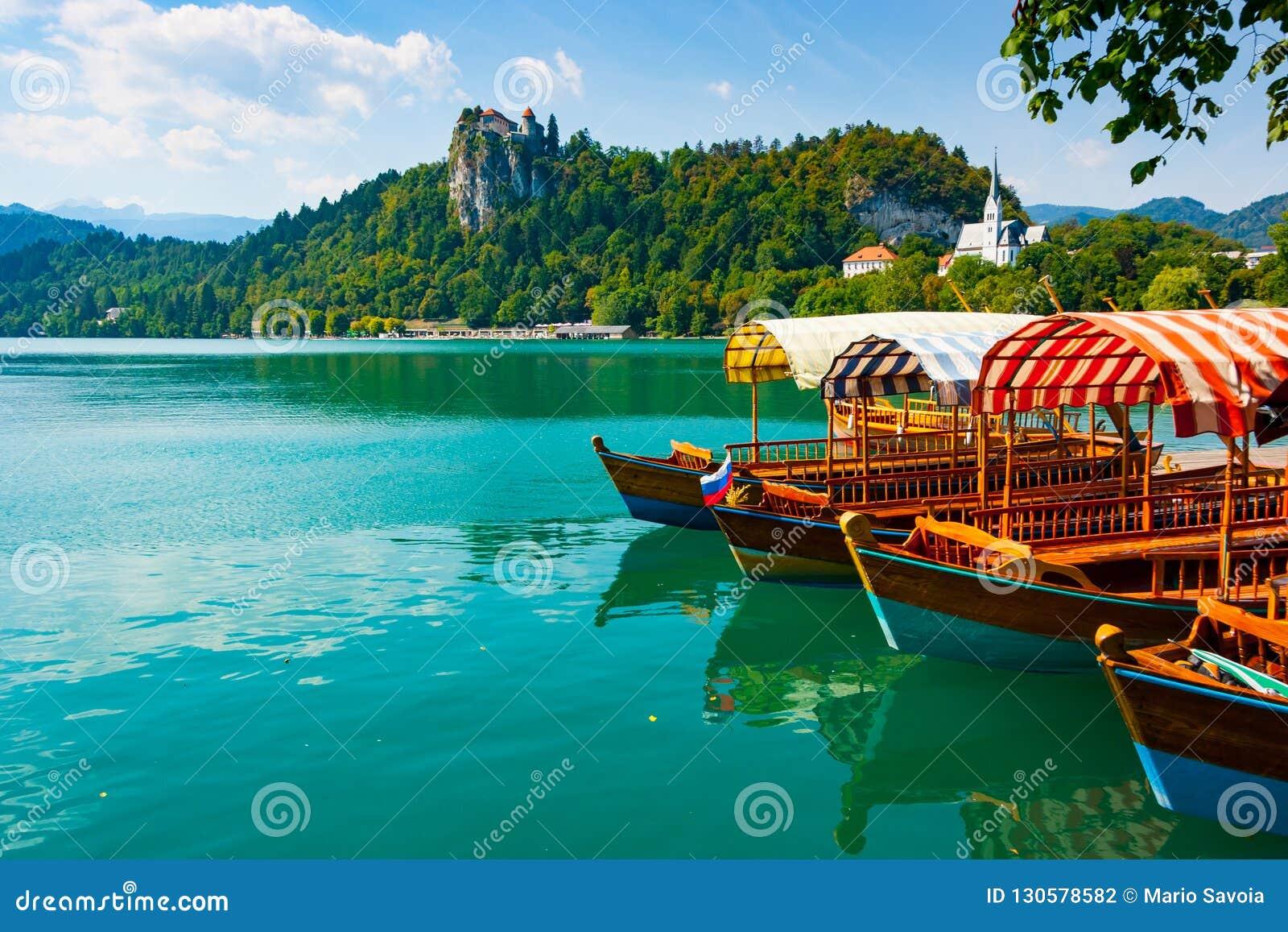Tradycyjne łodzie na Krwawić jeziorze