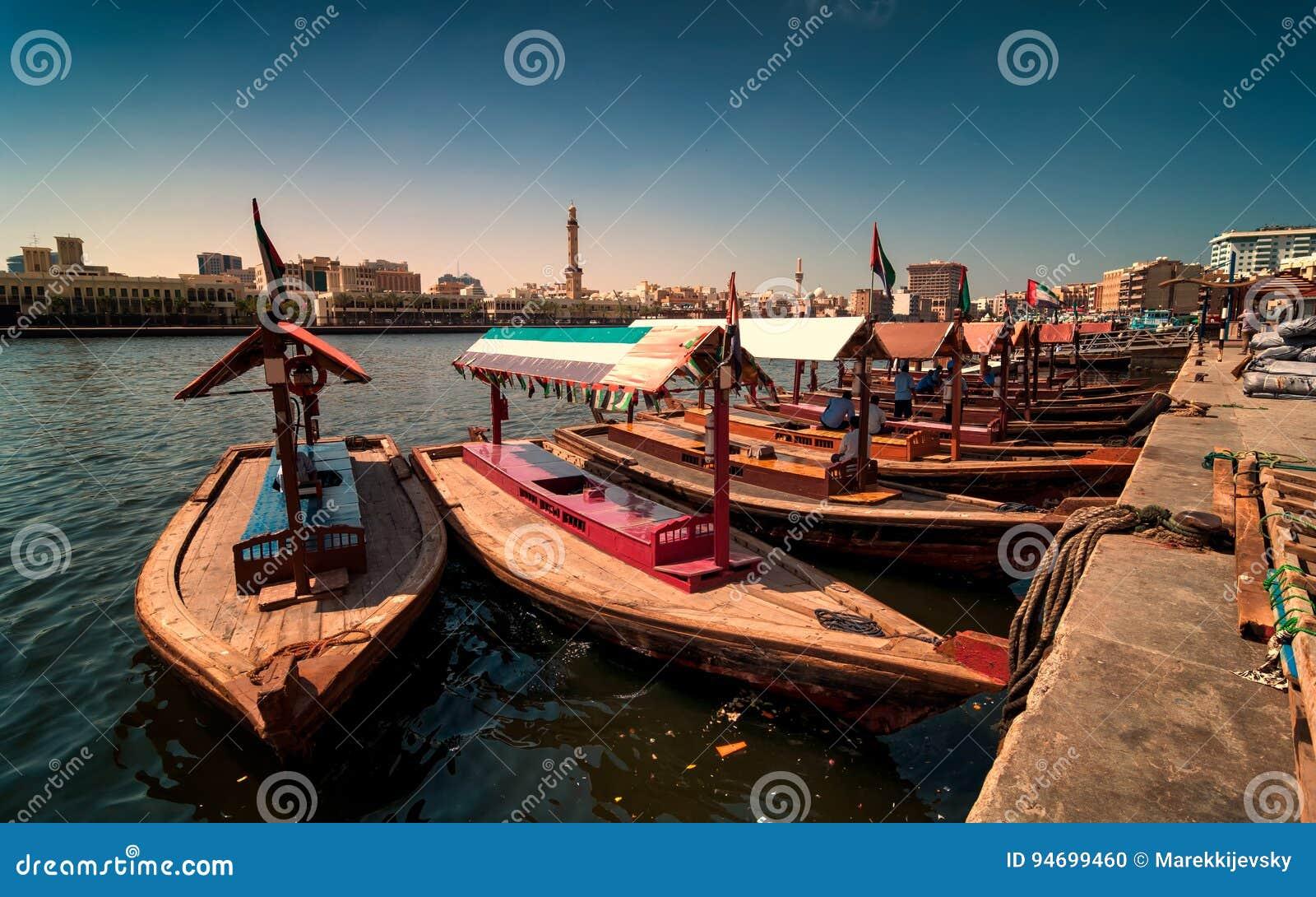 Tradycyjne Abra taxi łodzie w Dubaj zatoczce - Deira, Dubaj Deira, Zjednoczone Emiraty Arabskie