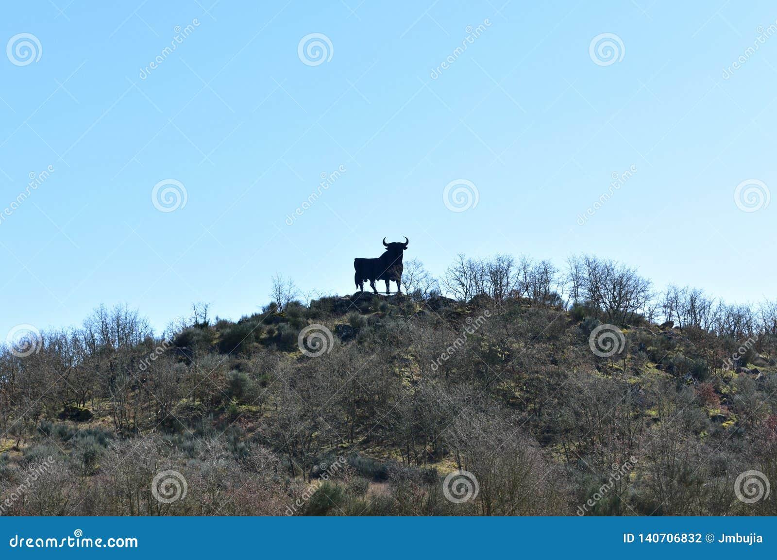 Tradycyjnego byka drogowy znak na wzgórzu Hiszpania