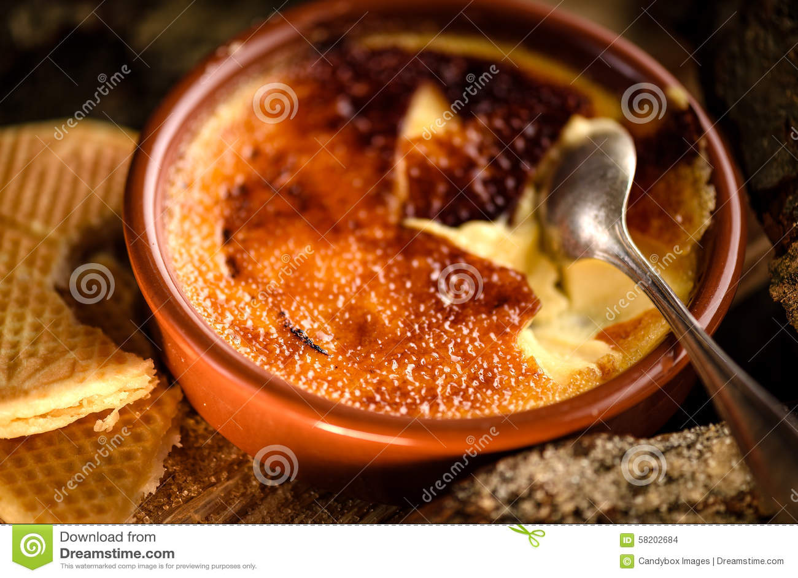 Tradycyjnego francuskiego creme brulee deser