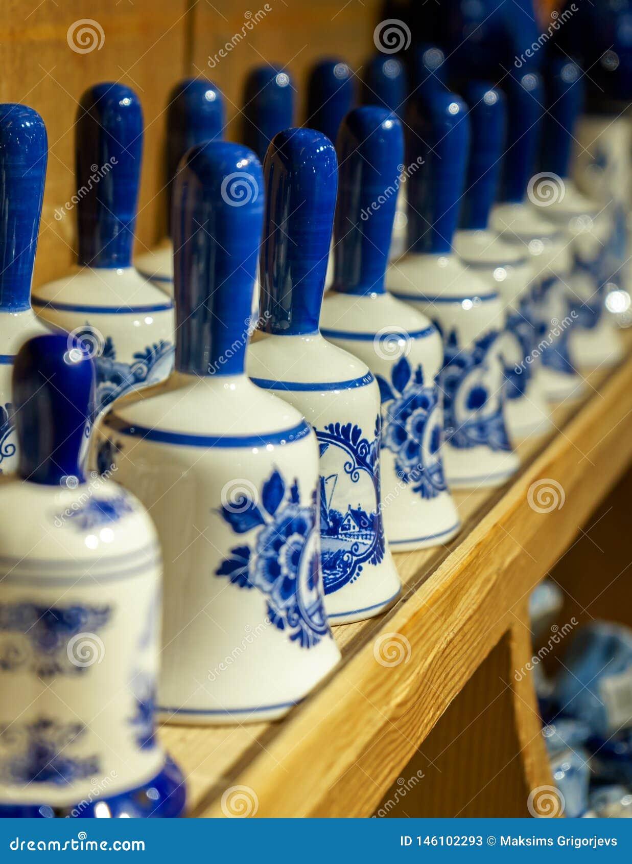 Tradycyjnej netherland porcelany biali i błękity handcrafted ceramiczni pamiątkarscy dzwony na sklepu pokazie