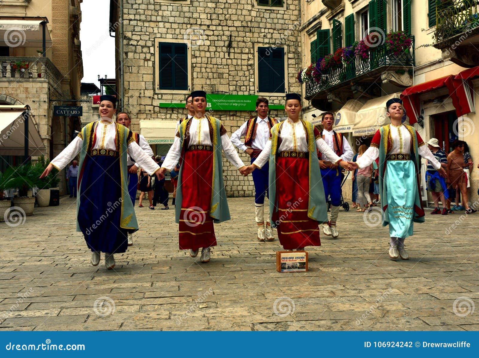 Tradycyjni ludowi tancerze w Kotor