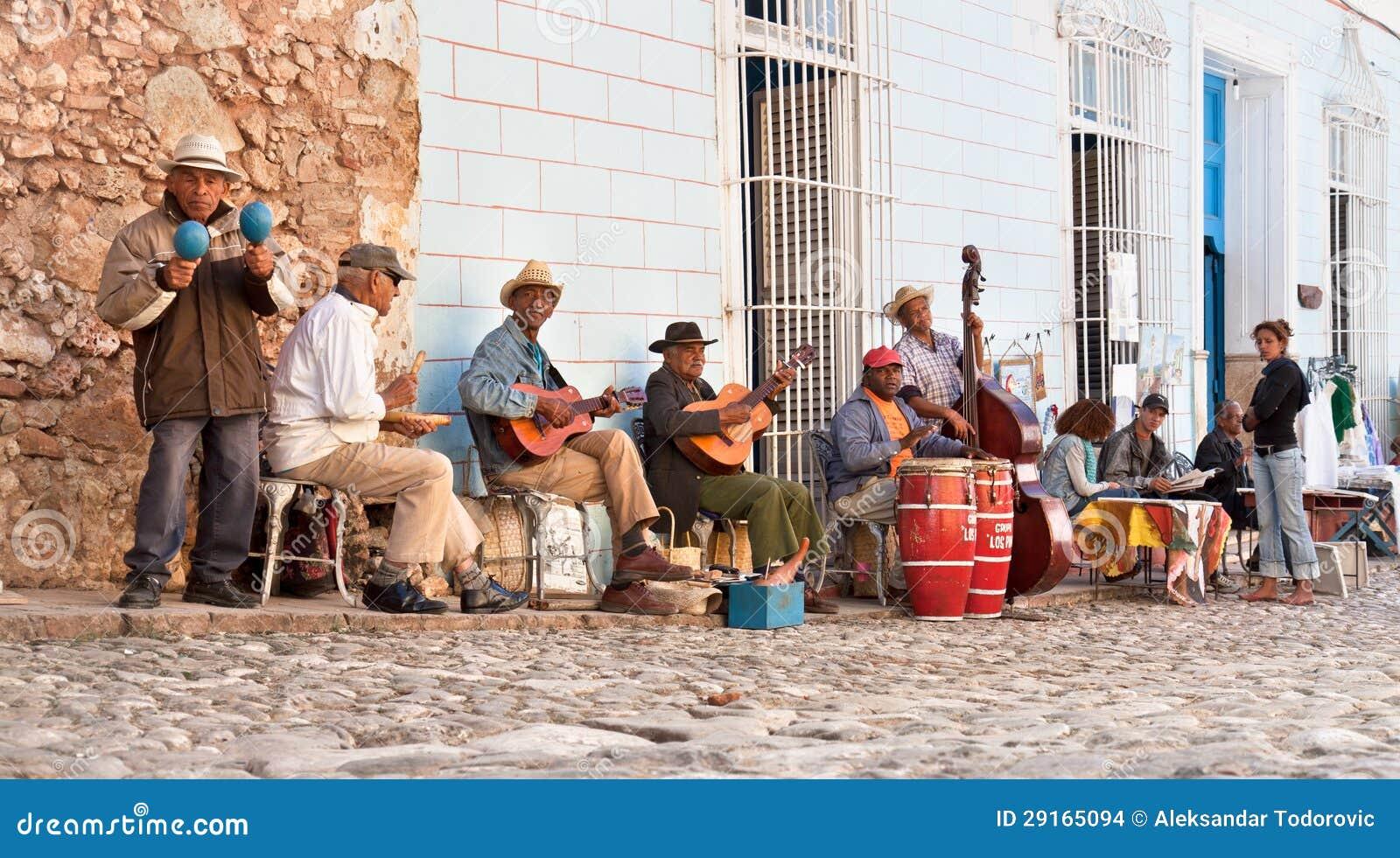 Tradycyjni muzycy bawić się w ulicach w Trinidad, Kuba.