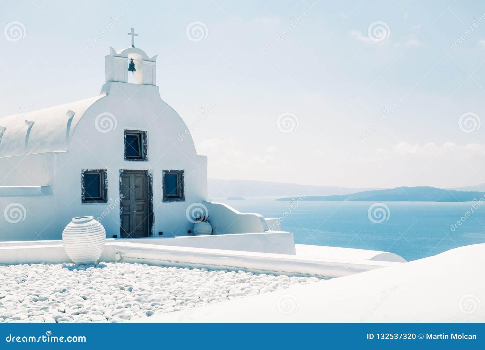 Tradycyjny śródziemnomorski biały kościół w minimalistic projekcie, Grecja