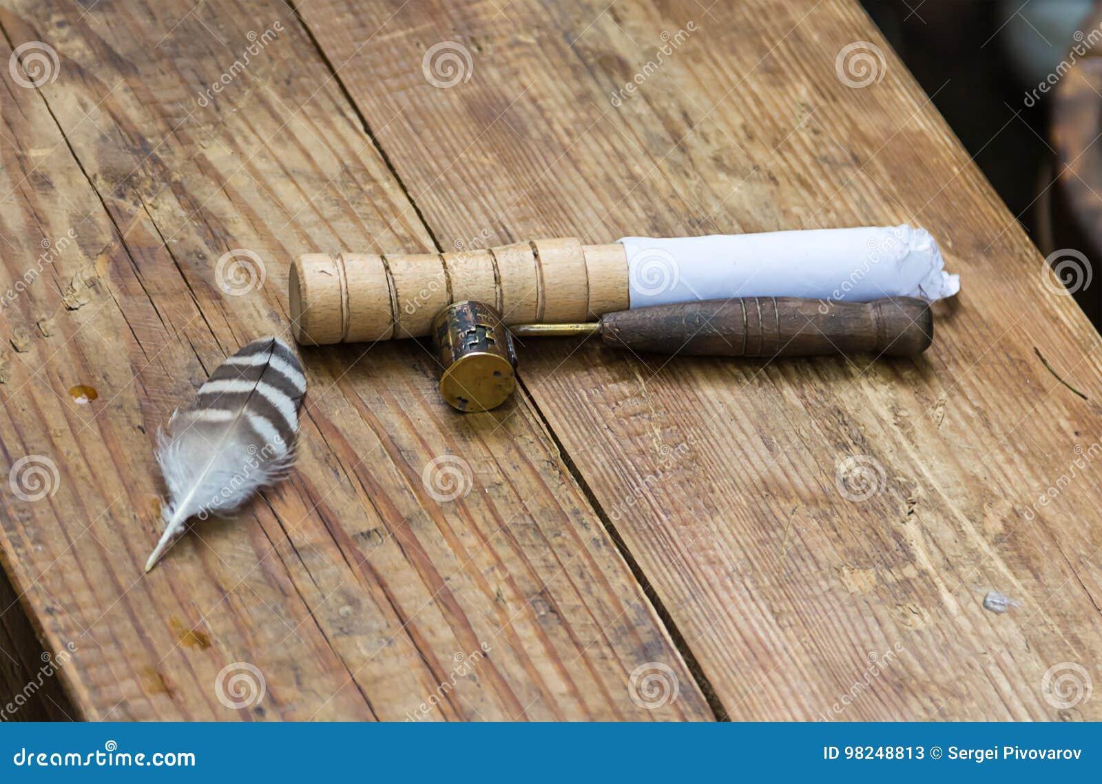 Tradycyjny antyka narzędzie w ciskać metali produkty od ołowianej aptekarki kopyści z śniedzią na drewnianym