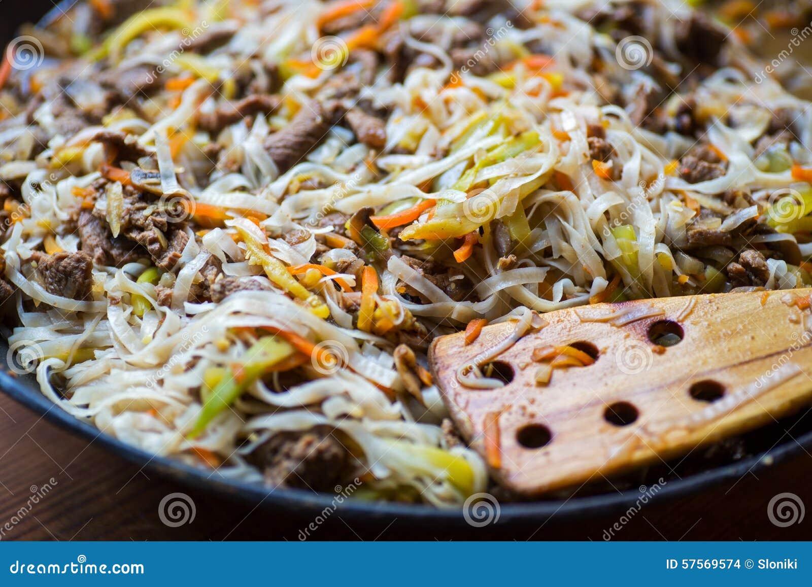 Tradycyjny azjatykci wołowiny mięso z warzywami w wok