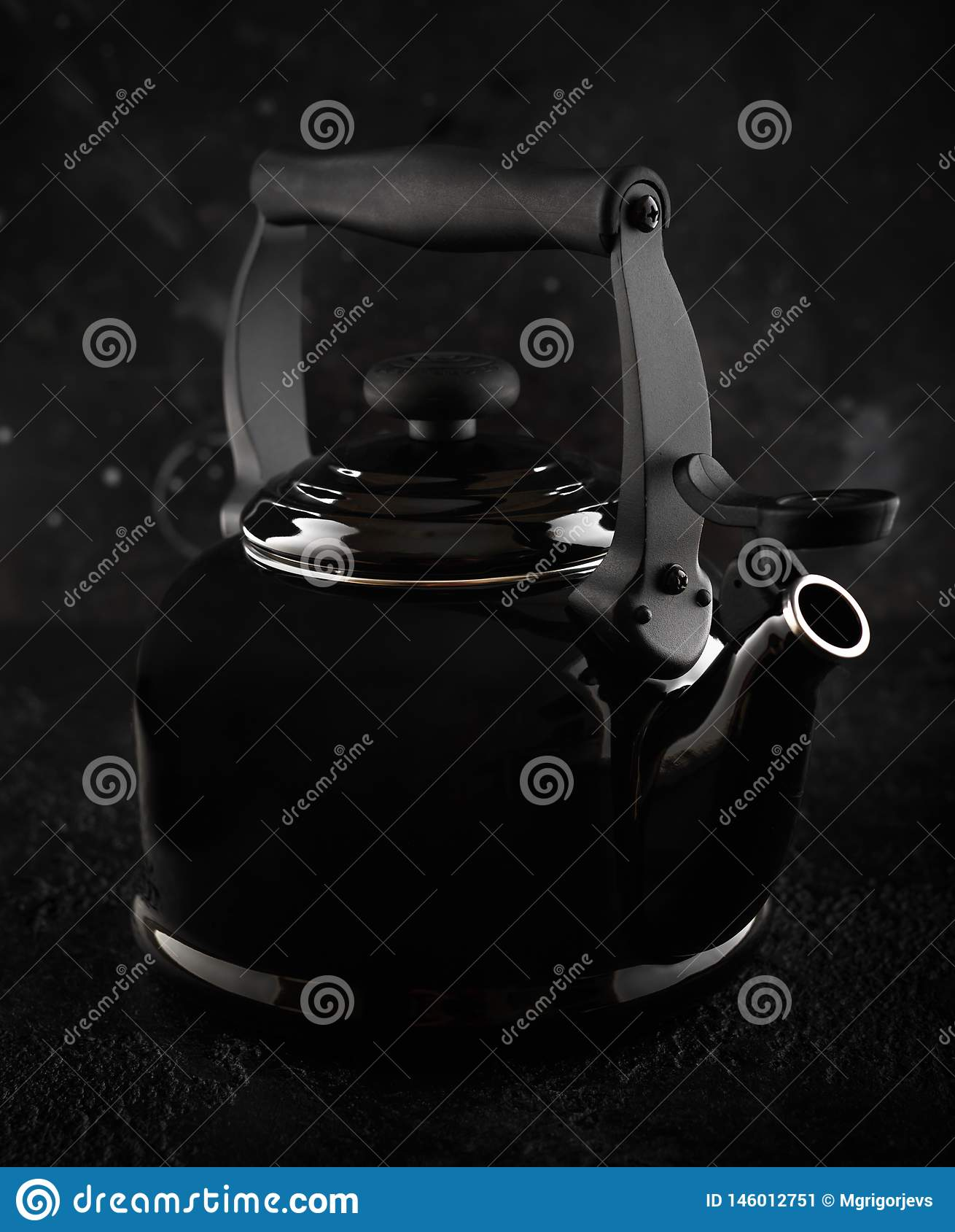 Tradycyjny Czarny Herbaciany czajnik z gwizd w ciemnym tle