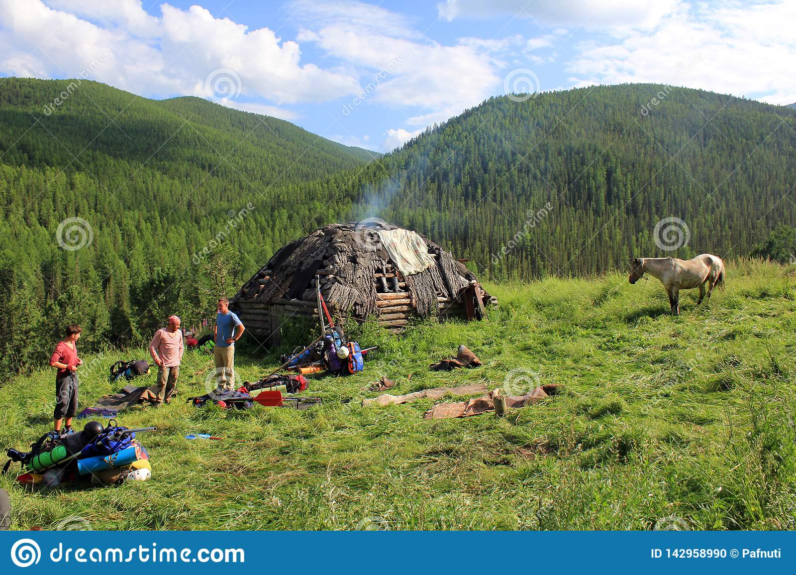 Tradycyjny dom Altai myśliwi w łące z koniem