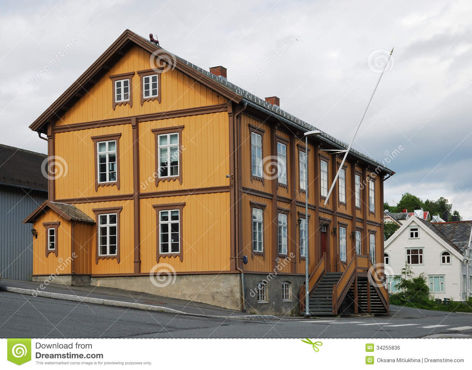 Tradycyjny dom w nowożytnej ulicie Tromso.