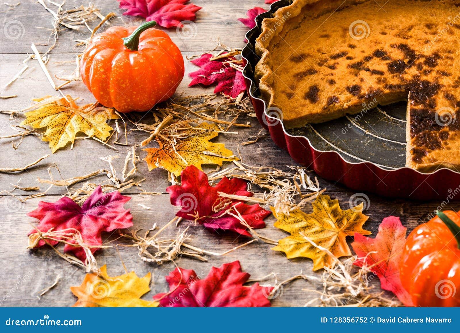Tradycyjny dyniowy kulebiak dla dziękczynienia na drewnianym stole
