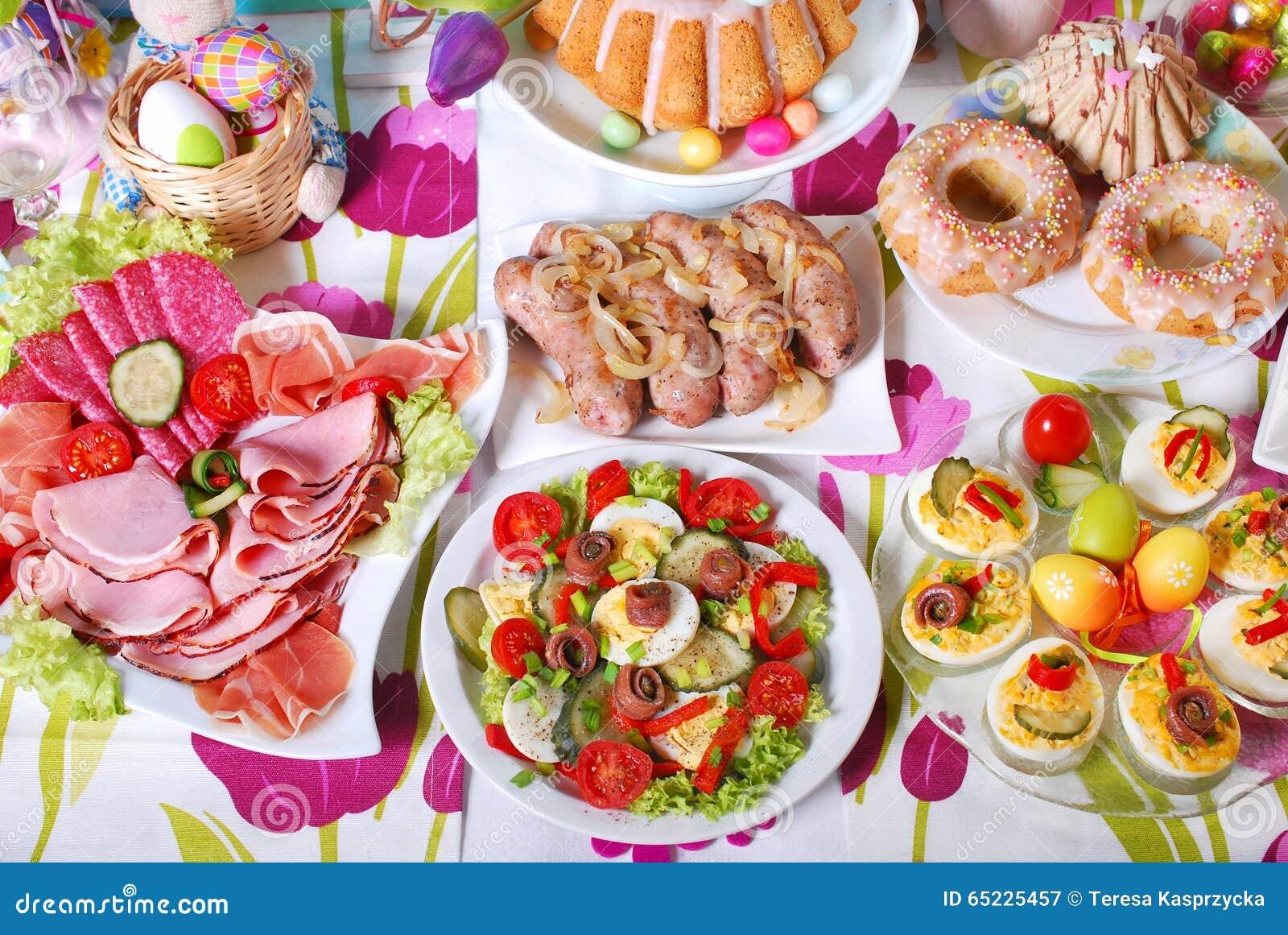 Tradycyjny Easter śniadanie na świątecznym stole