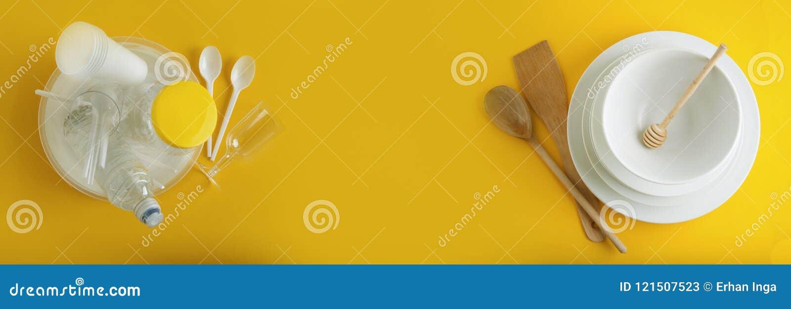 Tradycyjny Klasyczny śniadanie Smażąca kiełbasa na białego kwadrata porcelany talerzu i jajka Isoalted na Błękitnym tle sztandar