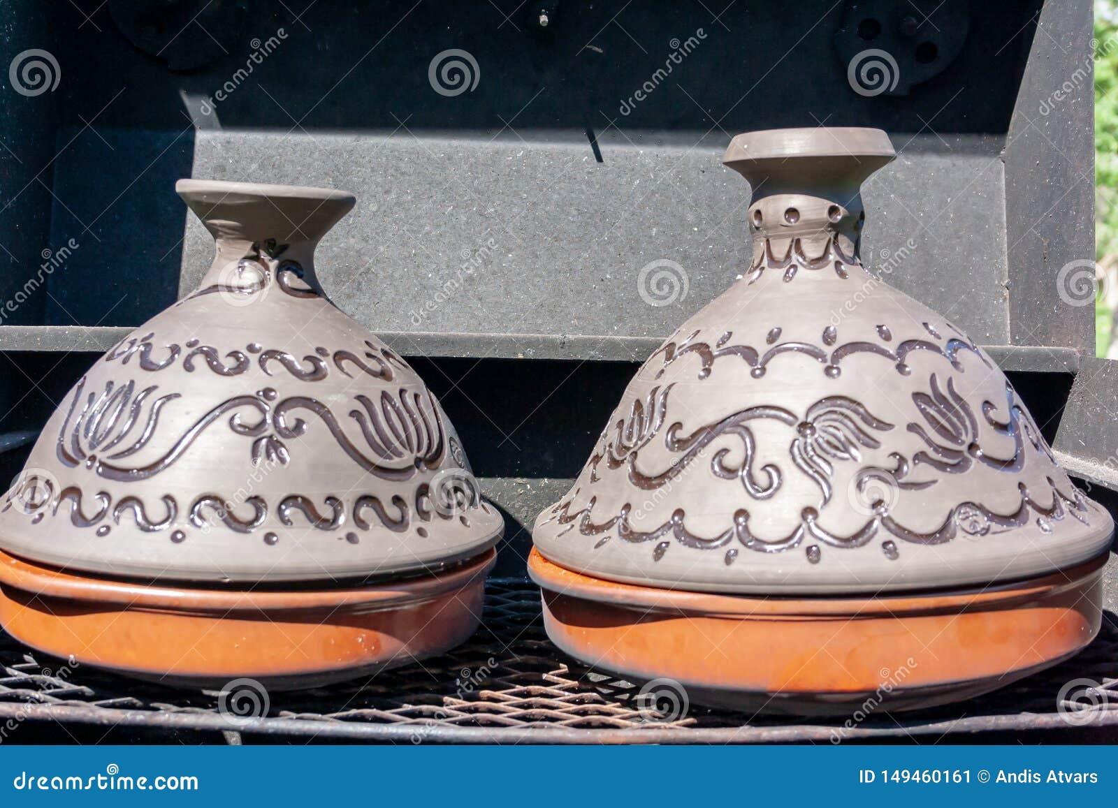 Tradycyjny Maroka?ski ceramiczny tajine tagine garnek na czarnego grilla pogodnym letnim dniu