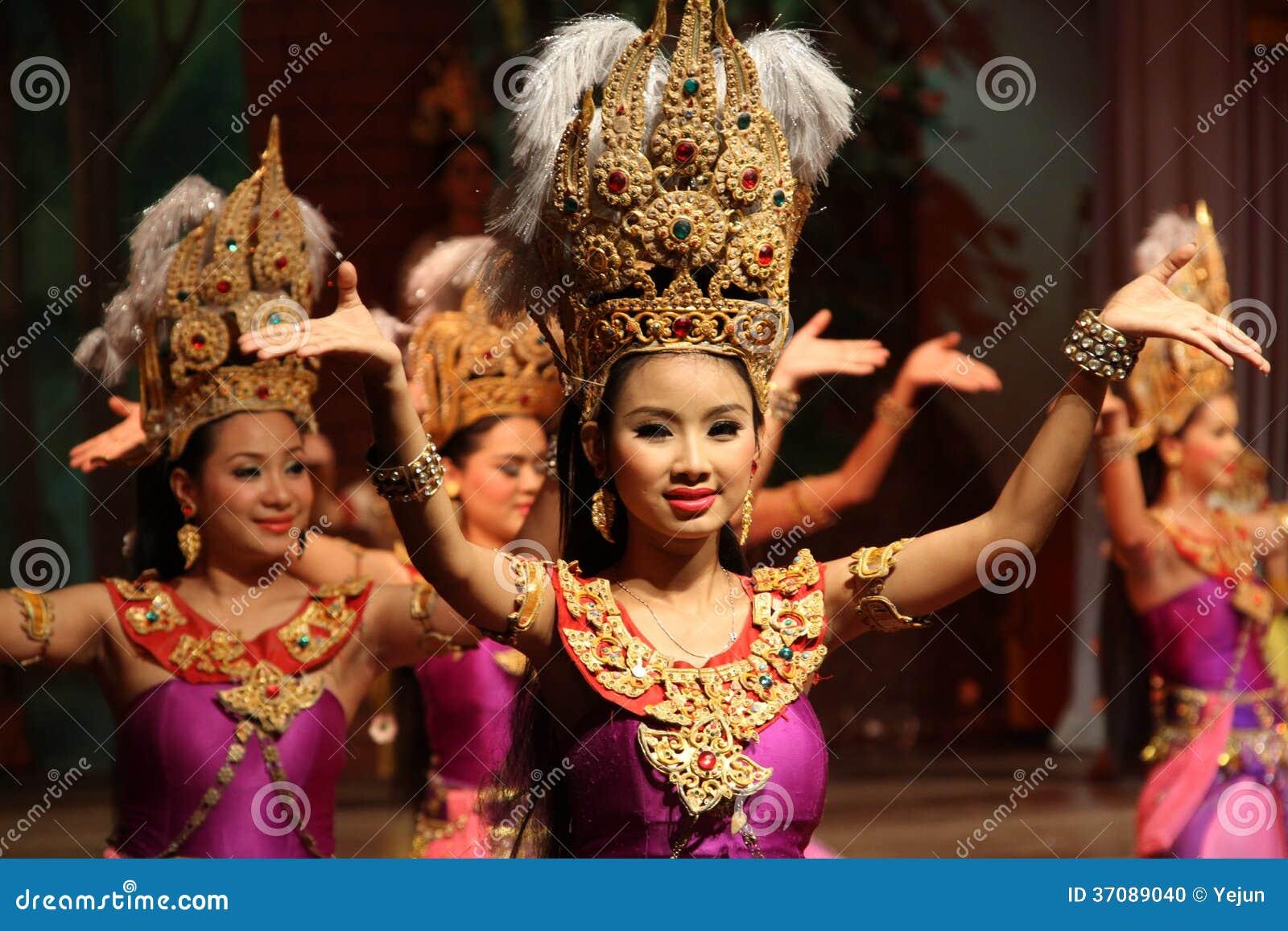 Download Tradycyjny Tajlandzki Przedstawienie W Nongnooch Ogródzie W Pattaya, Tajlandia Obraz Editorial - Obraz złożonej z złoto, femaleness: 37089040